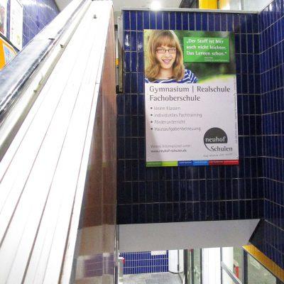 Werbung neben Rolltreppe