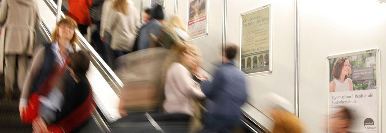Plakate an Rolltreppen